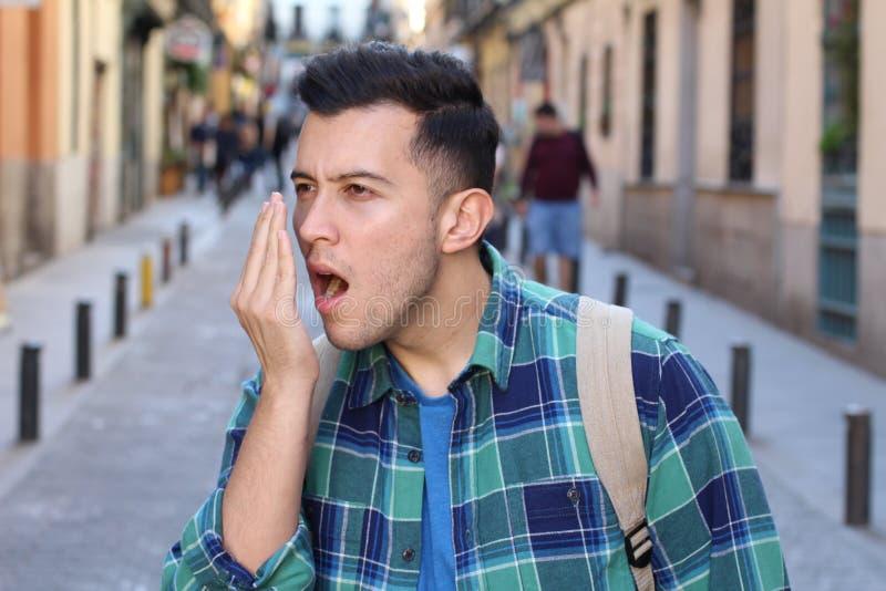 Mens die zijn eigen adem controleren stock foto's