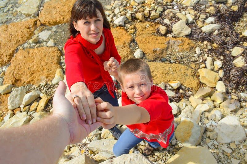 Mens die zijn hand familily uitrekken aan royalty-vrije stock foto