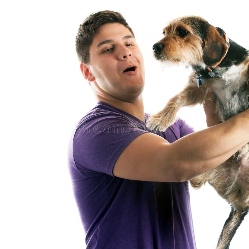 Mens die Zijn Huisdierenhond houden royalty-vrije stock foto