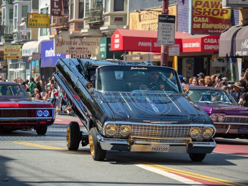 Mens die zijn hydraulische lage ruiter aantonen bij Carnaval-Grand royalty-vrije stock afbeeldingen