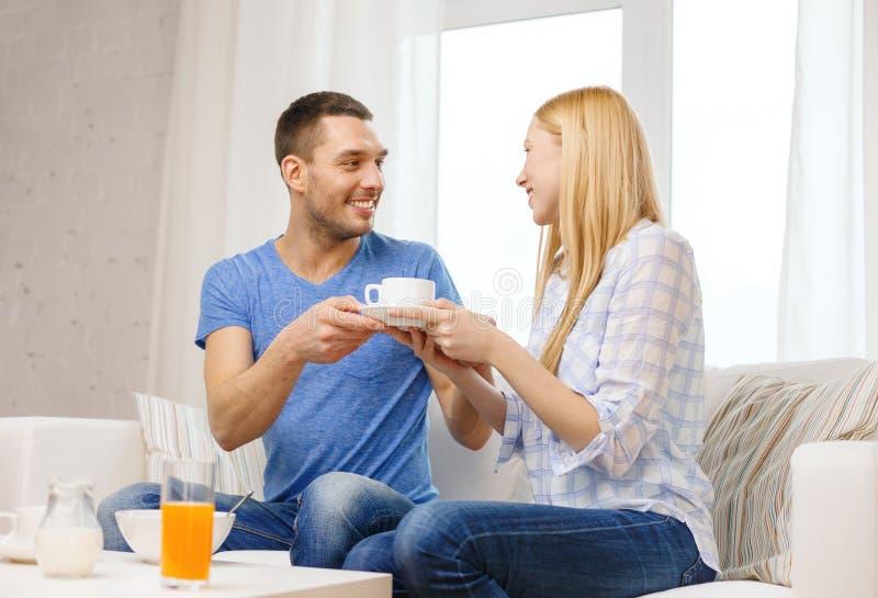Mens die zijn meisje of vrouwenkop van koffie geven royalty-vrije stock afbeelding