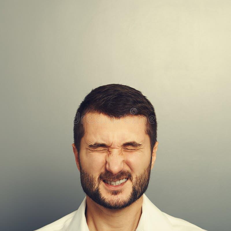 Mens die zijn ogen verknoeien stock foto's