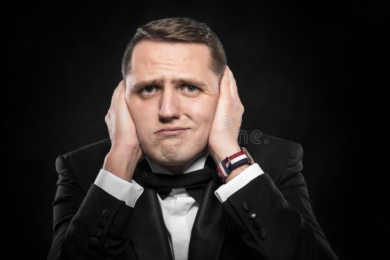 Mens die zijn oren behandelt royalty-vrije stock fotografie