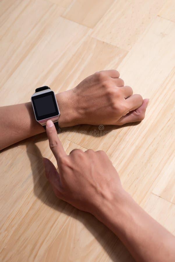 Mens die zijn smartwatch in koffiebar controleren Hoog hoekschot Gestemd beeld stock foto's