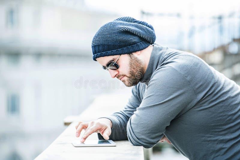 Mens die zijn tablet bekijken en met hand scrollen royalty-vrije stock afbeelding