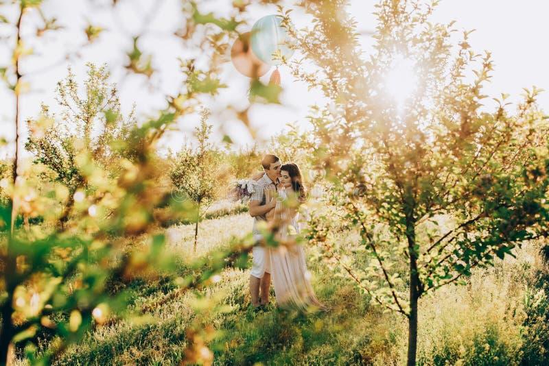 Mens die zijn vrouw geven, zowel hebbend pret als het houden van paar het kussen royalty-vrije stock foto's