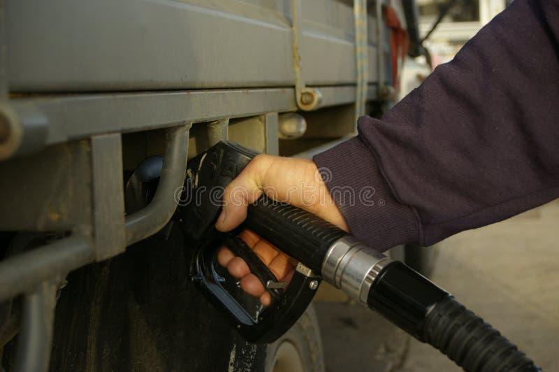 mens die zijn 4WD-auto opvullen met brandstof van een zwarte benzine bowser, landelijk Nieuw Zuid-Wales stock afbeeldingen