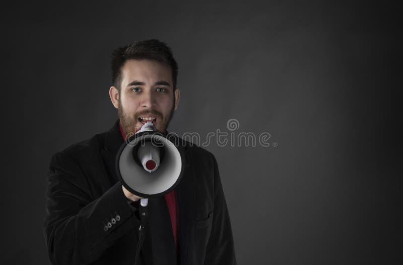 Mens die in Zwart Kostuum Gebruikend Megafoon spreken royalty-vrije stock fotografie