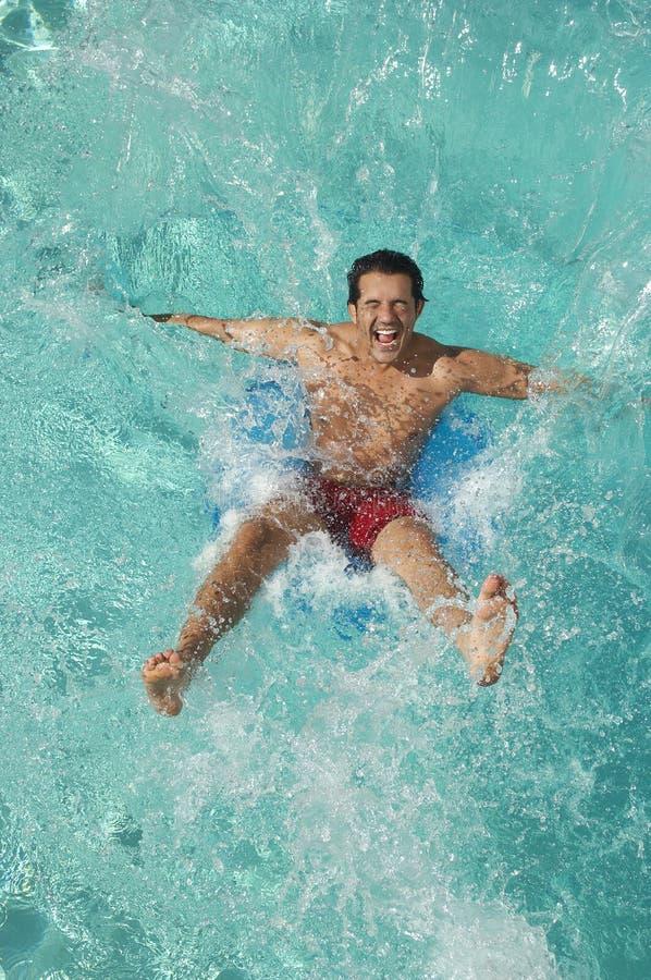 Mens die in Zwembad vallen royalty-vrije stock afbeelding