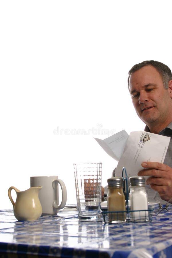 Mens in diner lezingsbrief stock foto