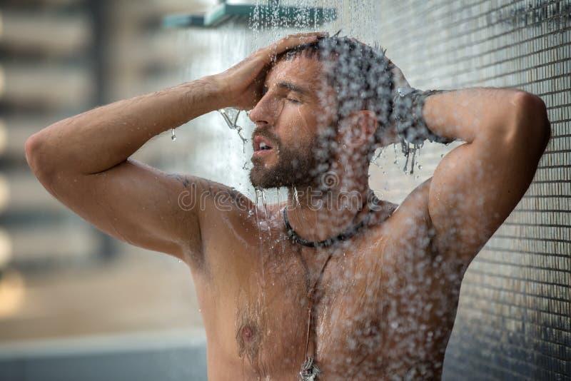 Mens in douche stock afbeeldingen