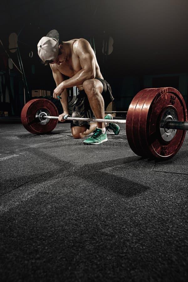 Mens dwars strongman opleiding - zware deadlifttraining royalty-vrije stock afbeeldingen