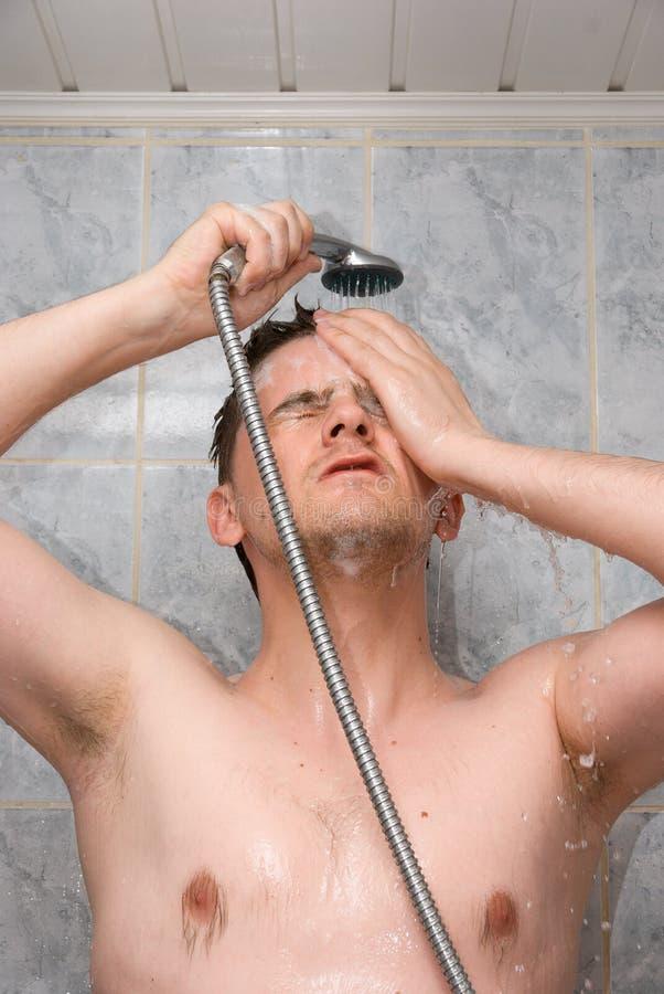 Mens in een badkamers stock fotografie