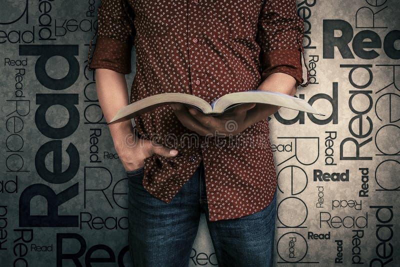Mens een boek lezen en het woord die op de achtergrond wordt gelezen die royalty-vrije stock foto's