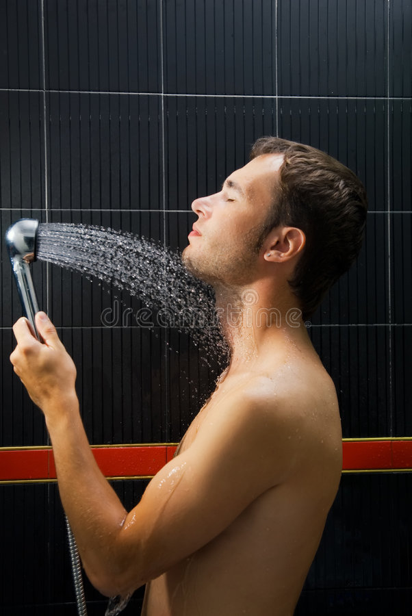 Mens in een douche royalty-vrije stock foto's