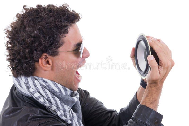 Mens in een leerjasje die aan spreker schreeuwen stock afbeeldingen