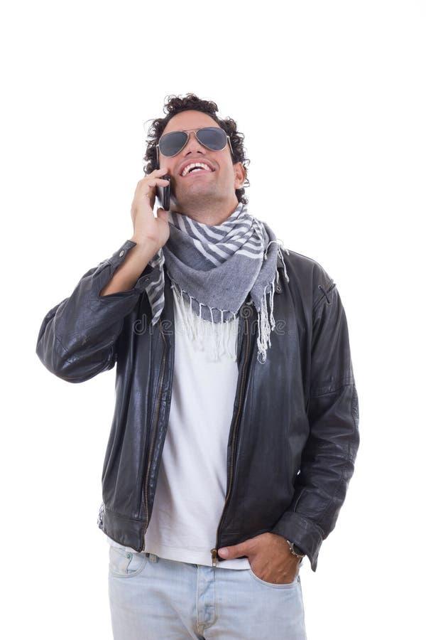 Mens in een leerjasje die op de telefoon spreken royalty-vrije stock fotografie