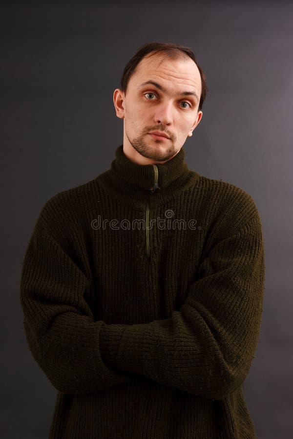Mens in een oude sweater stock foto