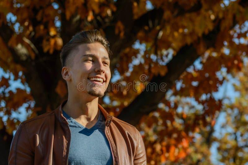 Mens in een park, in de herfst stock afbeeldingen