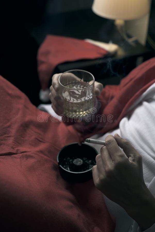 Mens in een santakostuum het drinken wisky stock foto