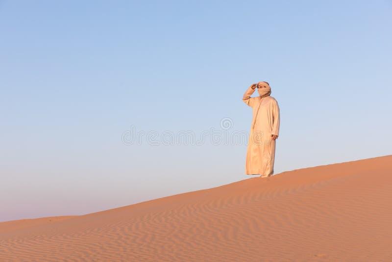 Mens in een traditionele Arabische kleding stock fotografie