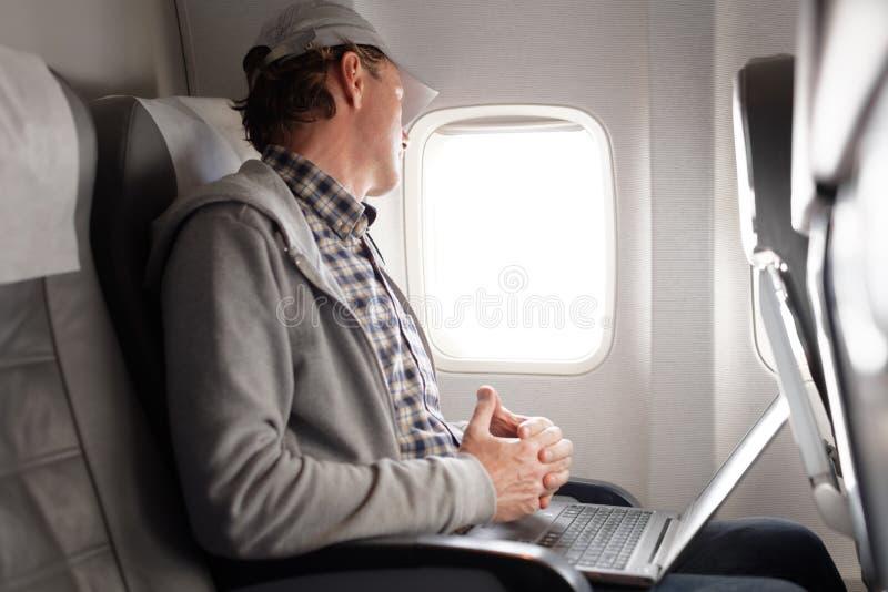 Mens in een vliegtuig royalty-vrije stock afbeelding