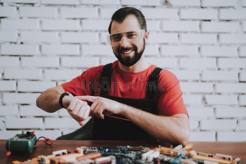 Mens in Eenvormig met Gebroken Motherboards in Winkel stock foto's