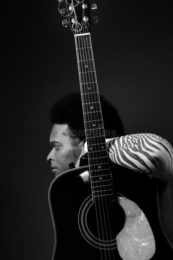 Mens en akoestische gitaar royalty-vrije stock afbeeldingen