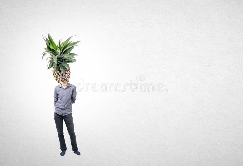 Mens en ananas met concept op een achtergrond stock foto
