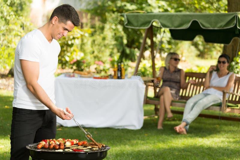 Mens en barbecue royalty-vrije stock fotografie