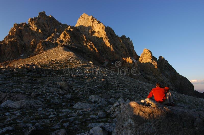 Mens en berg stock fotografie