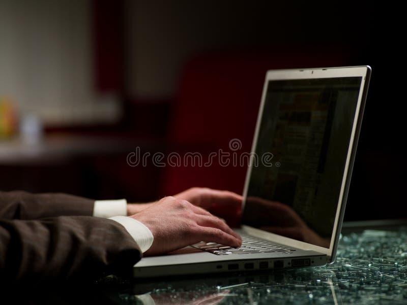 Mens en computer stock afbeeldingen