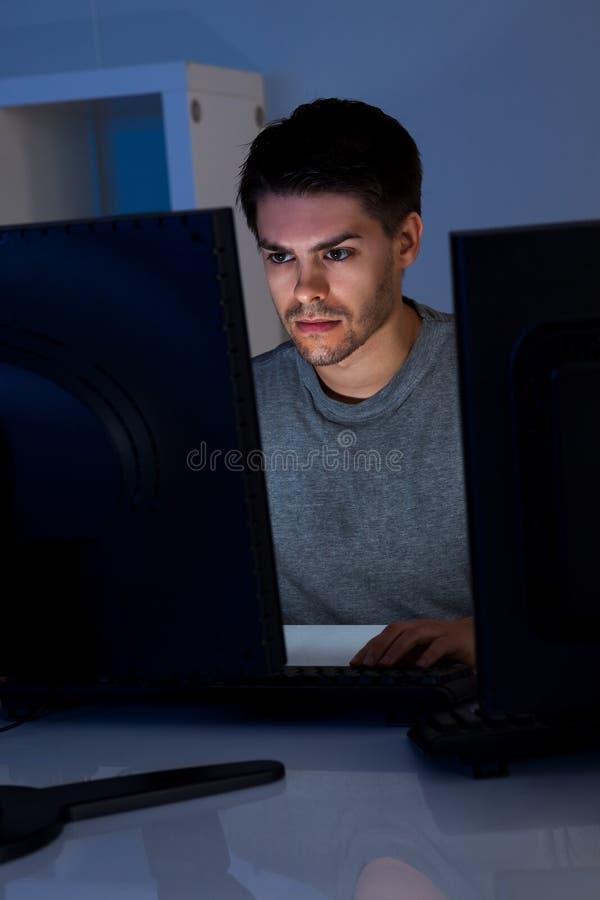 Mens en Computer royalty-vrije stock afbeeldingen