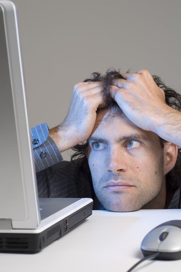 Mens en computer royalty-vrije stock fotografie