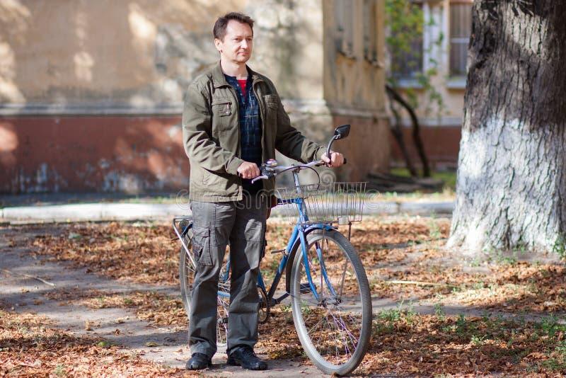 Mens en een fiets stock foto