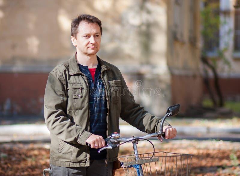 Mens en een fiets stock fotografie