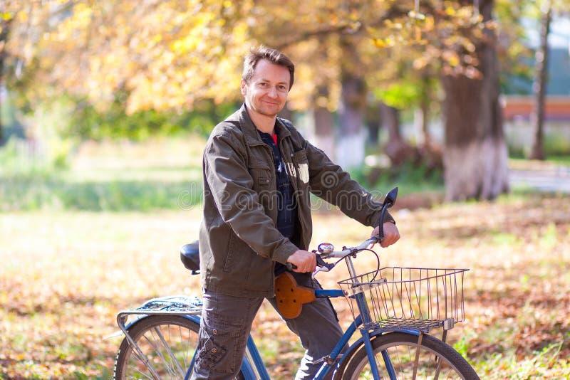 Mens en een fiets royalty-vrije stock foto
