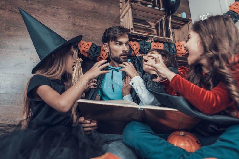Mens en Kinderen in Halloween-Kostuums die Pret hebben royalty-vrije stock afbeelding