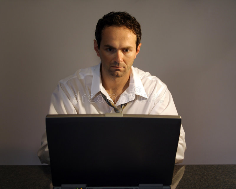 Mens en laptop royalty-vrije stock foto