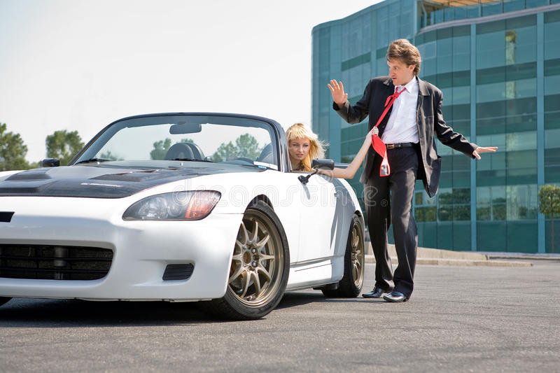 Mens en meisje in de auto royalty-vrije stock afbeelding