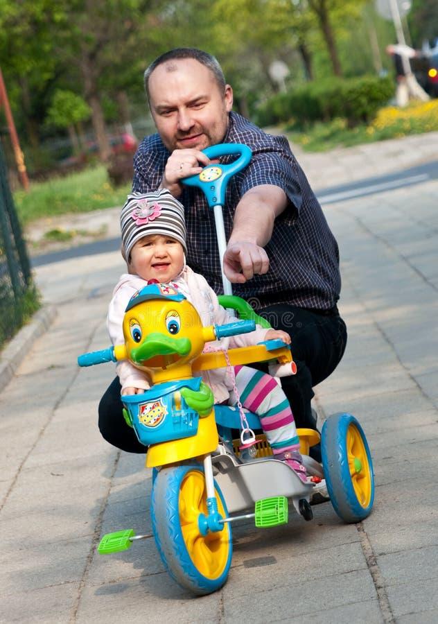 Mens en meisje met driewieler royalty-vrije stock afbeeldingen