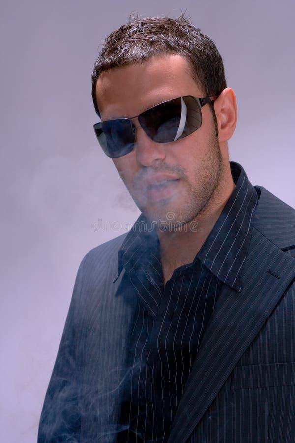 Mens en rook stock afbeelding