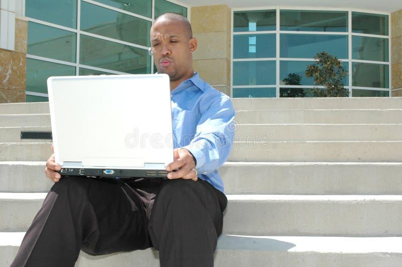 Mens en zijn computer royalty-vrije stock fotografie