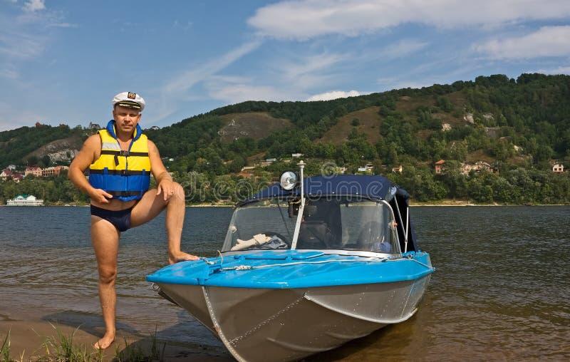Mens en zijn motorboot royalty-vrije stock fotografie