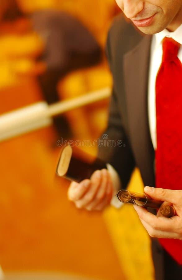 Mens en zijn sigaar royalty-vrije stock fotografie