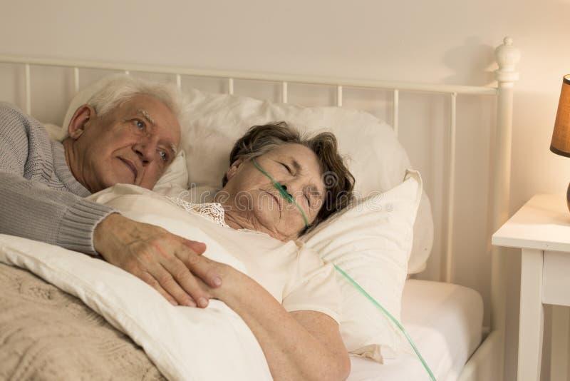 Mens en zijn zieke vrouw royalty-vrije stock afbeeldingen