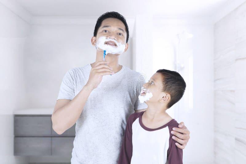 Mens en zijn zoon met het scheren van schuim royalty-vrije stock foto's