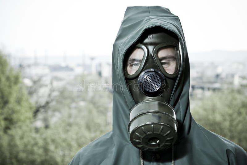 Mens in gasmasker stock fotografie
