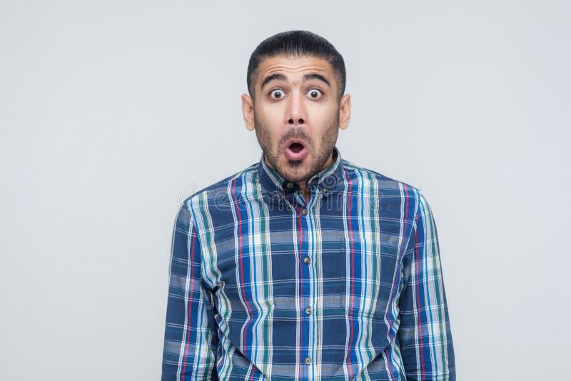 Mens geopende mond en schreeuw Heb een geschokt gezicht en grote ogen stock foto's