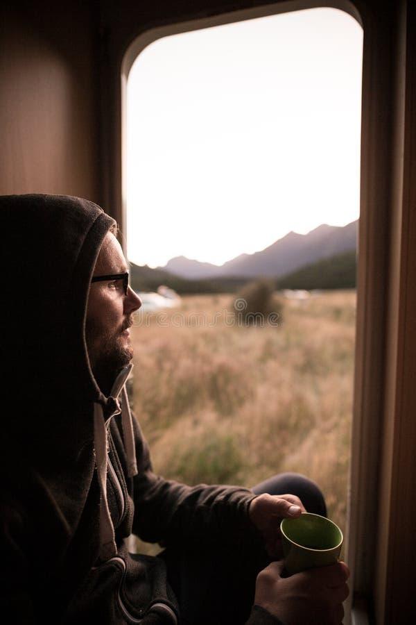 Mens gezet in kampeerautobestelwagen, Nieuw Zeeland stock afbeelding